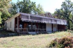 Oud opgesplitst en verlaten bosrestaurant royalty-vrije stock afbeeldingen