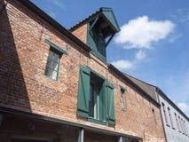 Oud Opslaghuis met Kraan Royalty-vrije Stock Afbeeldingen