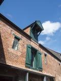 Oud Opslaghuis met Kraanverticaal royalty-vrije stock afbeelding