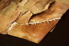 Oud oud die document in opnieuw weer bijeengebrachte stukken wordt gescheurd, sy stock foto