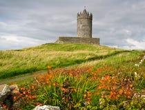 Oud oud Iers kasteel in doolin, Ierland Stock Foto's