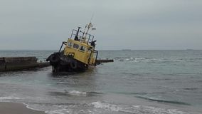 Oud overstroomd slepend schip Schipbreuk Gedaald slepend schip Odessa Ukraine stock video