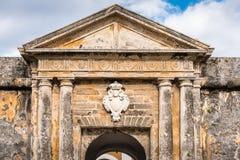 Oud overwelfde galerij en medaillon over deur met steenkolommen Royalty-vrije Stock Foto