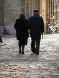 Oud paar dat naar huis loopt Stock Foto
