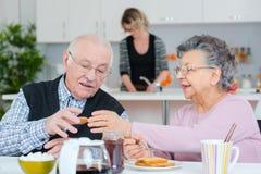 Oud paar die ontbijt hebben royalty-vrije stock afbeelding