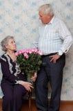 Oud paar en groot boeket van roze rozen Stock Afbeelding