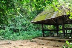 Oud Paviljoen in bos stock foto