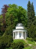Oud paviljoen in een parklandschap Royalty-vrije Stock Foto's