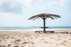 Oud paviljoen op het strand Stock Afbeeldingen