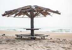 Oud paviljoen op het strand Stock Foto's