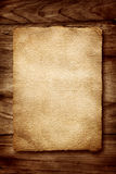 Oud perkament op hout stock foto's