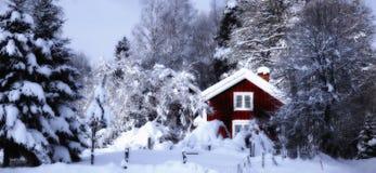 Oud plattelandshuisje dat in een sneeuw de winterlandschap wordt geplaatst Stock Fotografie