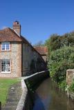 Oud plattelandshuisje door stroom Royalty-vrije Stock Fotografie
