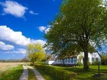 Oud plattelandshuisje met met stro bedekt dak in noordelijk Duitsland stock afbeeldingen