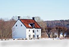 Oud plattelandshuisje in Zweden bij wintertijd. Stock Foto