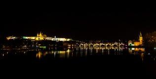 Oud Praag in nacht Stock Afbeeldingen