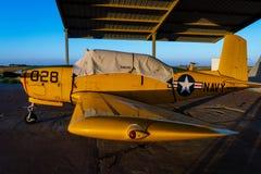 Oud propellervliegtuig die op vlucht wachten royalty-vrije stock afbeeldingen