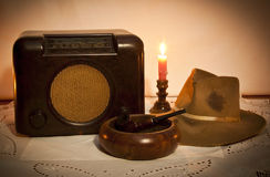 Oud radio, hoed, pijp en asbakje Stock Afbeeldingen
