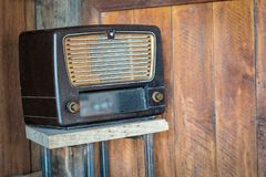 Oud radio retro behang stock fotografie