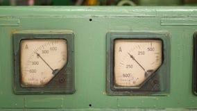 Oud retro stoffig metend analoog ampermeterapparaat stock video