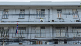 Oud rijtjeshuis dichtbij straatstad in Bangkok Royalty-vrije Stock Afbeelding