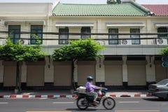 Oud rijtjeshuis dichtbij straatstad in Bangkok Royalty-vrije Stock Foto's
