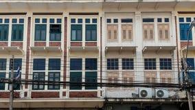 Oud rijtjeshuis dichtbij straatstad in Bangkok Royalty-vrije Stock Fotografie