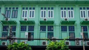 Oud rijtjeshuis dichtbij straatstad in Bangkok Royalty-vrije Stock Foto