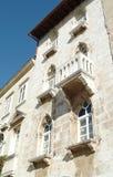 Oud rijtjeshuis met balkon, Kroatië royalty-vrije stock afbeeldingen