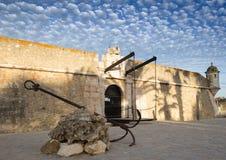 Oud roestig anker voor het fort van Lagos, Portugal Royalty-vrije Stock Foto's