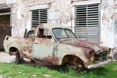 Oud roestig autowrak stock foto's