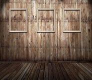 Oud roestig binnenland met frames stock foto