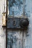 Oud roestig deurknop en slot Stock Afbeelding