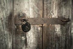 Oud roestig deurslot op oude poorten, Royalty-vrije Stock Foto's