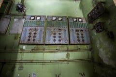 Oud roestig elektroschakelbord in verlaten fabriek of bunker royalty-vrije stock afbeeldingen