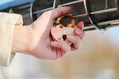 Oud roestig hangslot in de vorm van hart op de palm Stock Foto's