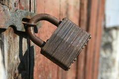 Oud roestig hangslot op houten deur Royalty-vrije Stock Afbeeldingen