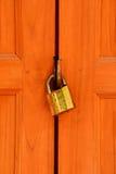 Oud roestig hangslot op witte doorstane houten deur Stock Fotografie