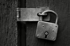 Oud roestig hangslot in zwart-wit Royalty-vrije Stock Foto's