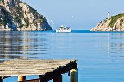 Oud roestig houten dok bij zonnige ochtend, Porto Koufo haven royalty-vrije stock afbeeldingen