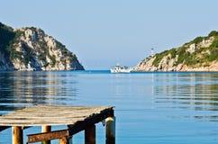 Oud roestig houten dok bij zonnige ochtend, Porto Koufo haven royalty-vrije stock foto's