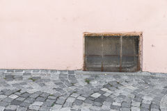 Oud roestig Keldervenster met ijzergrating Royalty-vrije Stock Afbeeldingen