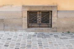 Oud roestig Keldervenster met ijzergrating Stock Afbeelding