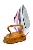 Oud roestig ruw ijzerijzer en modern nieuw elektrisch ijzer stock afbeeldingen