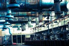 Oud roestig schilplafond in een workshop bij een industriële chemische petrochemische machine-bouwende olieraffinaderij met blauw royalty-vrije stock fotografie