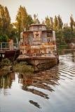 Oud roestig schip stock afbeeldingen