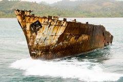 Oud roestig schip in een overzees Stock Foto