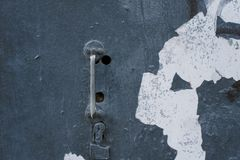 Oud roestig slank handvat op een retro deur royalty-vrije stock afbeeldingen