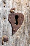 Oud roestig sleutelgat op de deur Stock Fotografie