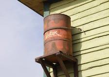 Oud roestig vat voor regenwater Royalty-vrije Stock Afbeeldingen